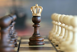 Оригиналната концепция за власт зад трона (power behind the throne) идва от Средновековието и се отнася до факта, че царската политика може да бъде направлявана от съветник, който не е седнал на трона, но стои зад него – шепнейки в кралското ухо, без другите да знаят това