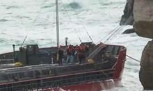 """Започна евакуацията на част от екипажа на кораба """"Вера Су"""" (Видео)"""