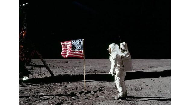 Конспирациите за фалшивото кацане на Луната, които учителката Булева показа на децата