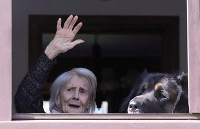 Възрастна жена изпраща общинските служители, които всеки ден й носят храна и лекарства в Италия.