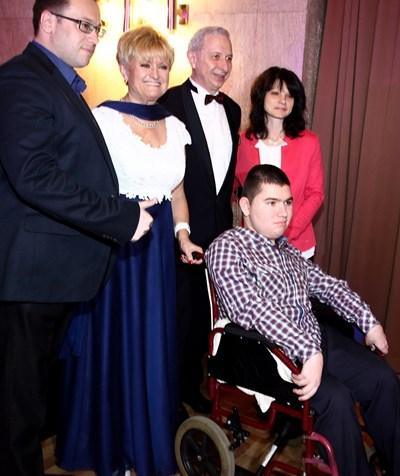 Премиерът Огнян Герджиков на 70-ия си рожден ден през 2016 г. заедно със съпругата си Светла и Борко с неговата майка СНИМКА: Архив