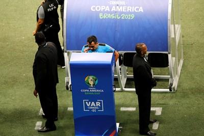 Чилийският рефер Жулио Баскунан за пореден път се взира в екрана, за да види видеоповторение при гол на бразилците, и решението му отново ще зарадва венецуелците. СНИМКА: РОЙТЕРС