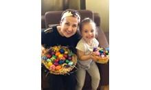 Виж как Илияна Раева боядисва яйца с внучката си
