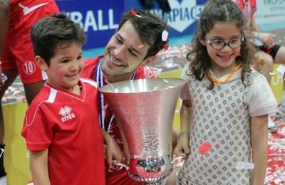 """Христо и децата му Миа и Мануел се снимат с купата от евротурнира """"Чалъндж къп"""" (2013 г.)"""
