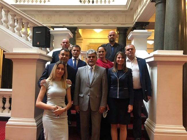 Депутатите на ВМРО се снимаха за спомен в старата сграда със сътрудниците си в парламентарната група.   СНИМКА: ФЕЙСБУК