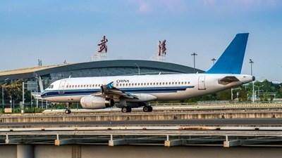 Ухан посрещна първия пътнически самолет от чужбина след осем месеца