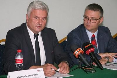 Костадин Величков (вляво) разясни какви мерки се вземат срещу кражби на ток от копачи на криптовалута СНИМКА: Евгени Цветков