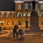 Криско разхожда дъщеря си в гимазията в Габрово, в която е учил