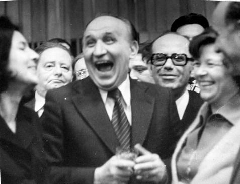 Живков явно е казал виц или смешка пред журналисти и сам се смее най-много. Зад него с очилата е председателят на СБЖ Веселин Йосифов, когото наричаха Весо Кучето.