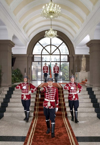 Гвардейците винаги са били атракция за посетителите на президентството.