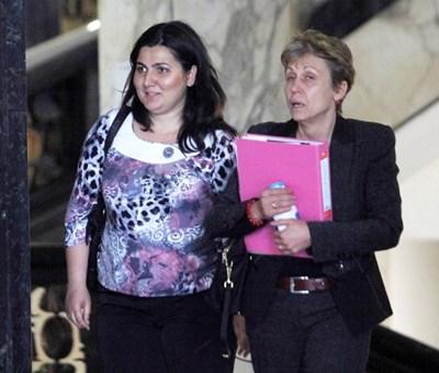 Илияна Трендафилова (вляво) и адвокатката и? Розалина Апостолова в съда