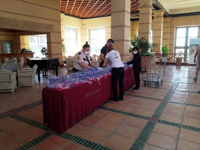 """Служители с маски на лицата работят в хотел """"Коста Адехе палас"""" СНИМКА: Ройтерс"""