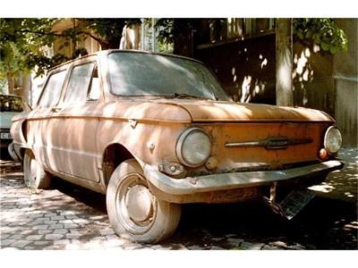 """Изоставените коли са честа гледка по улиците.  СНИМКА: """"24 ЧАСА"""""""