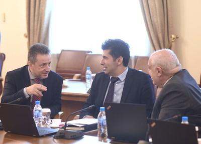 Янаки Стоилов и Кирил Петков разговарят преди вчерашното заседание на служебния кабинет.  СНИМКА: ВЕЛИСЛАВ НИКОЛОВ