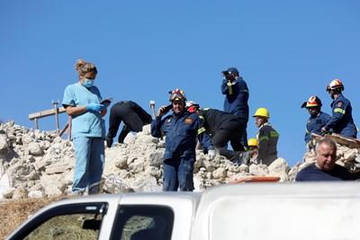 Спасителни екипи вече разчистват разрушени от земетресението сгради на остров Крит.