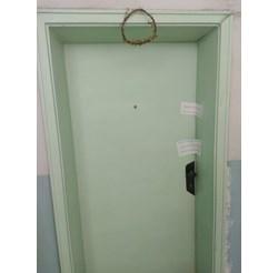 Зад тази врата се е разиграла трагедията на 21 октомври вечерта. Тя е запечатана от полицията. Снимки: Авторите