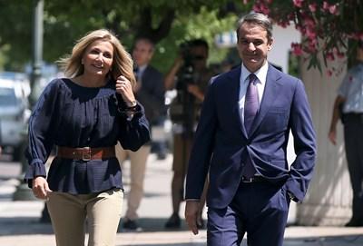 Кириакос Мицотакис и съпругата му отиват в президентския дворец за клетвата му като премиер. СНИМКА: РОЙТЕРС