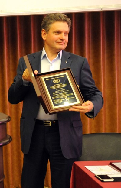 Николай Малинов показва една от наградите, която му е връчена в Русия за принос към добрите отношения на двете държави.