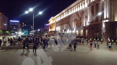 Към 23 часа пред Министерския съвет останаха едва стотина души. Снимки: Авторът