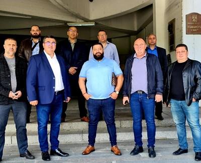 Али Байрям (в средата), а вляво от него е водачът Танер Али, подадоха заявление в 16 РИК за регистрация на листата на ДПС.
