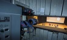 Към екрана е насочен стария  кино-прожекционен апарат