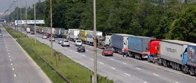 Десетки хиляди български шофьори на камиони може да останат без работа заради нов регламент на ЕК.