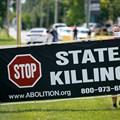 Американци, протестиращи срещу смъртното наказание и екзекуцията на Даниел Луис Лий, който е осъден за убийството на трима членове на семейство от Арканзас през 1996 г., се събират за демонстрация в Индиана.  СНИМКА: РОЙТЕРС