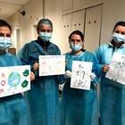 Част от акушерките по време на дежурство в COVID отделението с рисунки, изпращани им от деца.