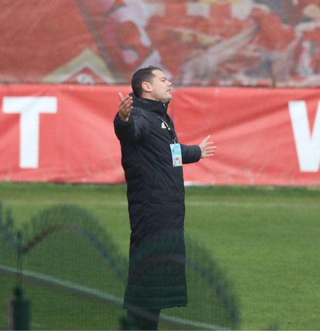 Испанецът Пабло Караско, който води ЦСКА вместо наказания Любо Пенев се ядосва на играта на своите.