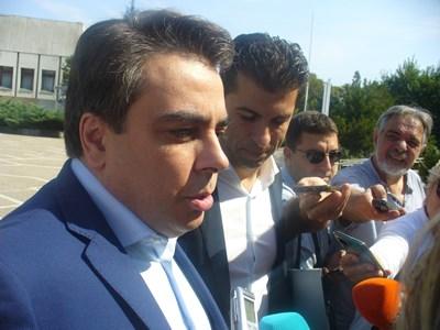 Служебните министри Асен Василев /вляво/ и Кирил Петков разговарят днес с журналисти в Раднево. СНИМКА: Ваньо Стоилов