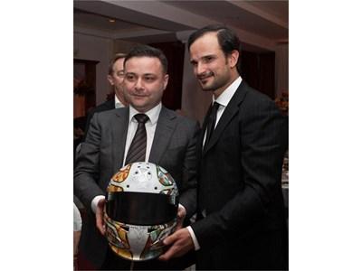 Лиуци (вдясно) подава шлема си на Александър Александров. Снимки: Георги Палейков СНИМКА: Пиeр Пeтров