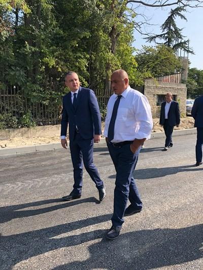 Иван Портних и Бойко Борисов инспектират ремонта на бул.Сливница във Варна Снимки: Министерски съвет