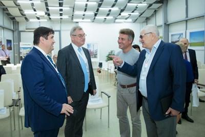 Шефът на парламентарната икономическа комисия Петър Кънев (вдясно! разговаря с изпълнителния директор на бургаската рафинерия Илшат Шарафутдинов (вляво) и с генералния консул на Русия във Варна Владимир Климанов.