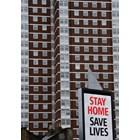 Британското правителство води кампания и с билбордове в Лондон с призив хората да си стоят у дома.