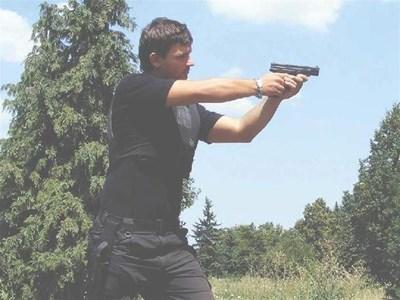 Хърватският пистолет HS 2000 е изключително удобен за боравене и с двете ръце. СНИМКИ: АВТОРЪТ