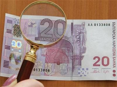 """Не е правен опит да се фалшифицират дизайнерските 20 лв., казва главният касиер на БНБ Стефан Цветков. Според него те са подходящи и за подарък, защото се търсят от колекционерите. Всъщност те били причината лилавите банкноти да не са много познати.  СНИМКИ: АРХИВ """"24 ЧАСА"""""""