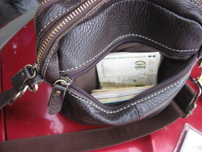 Разследващ полицай бе задържан по време на взимане подкуп от 2000 лева във Варна. Снимки: Прокуратурата