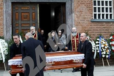 """Близки и приятели изнасят ковчега от църква """"Света София"""". СНИМКИ: ЙОРДАН СИМЕОНОВ СНИМКА: 24 часа"""