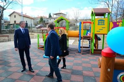 Нова детска площадка и спортно игрище в Галата откри кметът на Варна Иван Портних. Снимка: Авторката