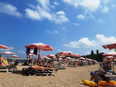 През уикендите градският плаж в Черноморец се пука по шевовете и е трудно да си намериш свободно място.  СНИМКИ: ЕЛЕНА ФОТЕВА