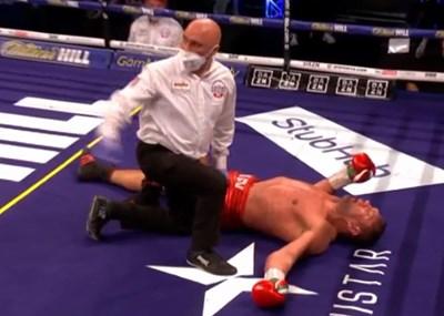 Кубрат Пулев лежи безпомощно на ринга.