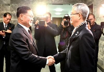 Официални представители на двете Кореи днес обсъдиха на среща в Панминчжон предложението на Севера да изпрати група музиканти и танцьори на Зимните олимпийски игри в южнокорейския курорт Пьончан СНИМКА: Ройтерс