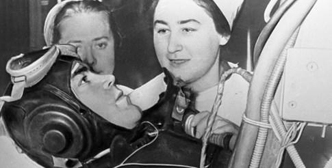 Доктор Котовская следи за реакциите на Адриан Николаев, един от първите космонавти.