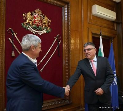 Министърът на отбраната Георги Панайотов с президента на КНСБ Пламен Димитров (вляво). Снимка министерство на отбраната