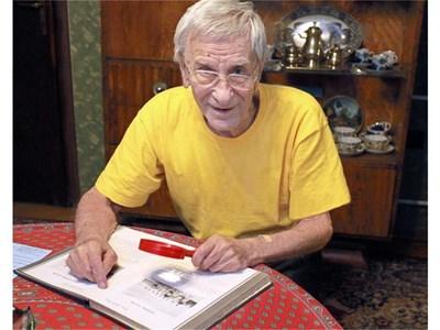 Петко Бочаров пази много албуми и спомени от Американския колеж. Снимка: Румяна Тонева