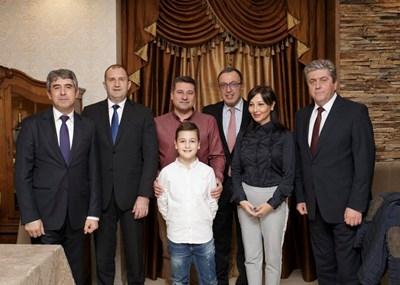 Четиримата държавни глави Румен Радев, Росен Плевнелиев, Георги Първанов и Петър Стоянов заедно с домакините си семейство Кюркчиеви.