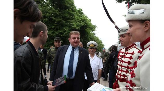 Каракачанов: За 175 места за войници кандидатстват над 430 младежи