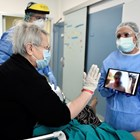 Пациент с коронавирус говори с таблет с роднина, който не може да го посети в болница в Милано.