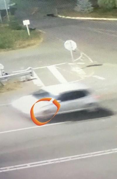 Капакът на колата (в оградената част) е огънат.