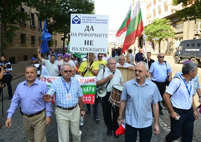 Лидерите на протеста поведоха хората към Комисията за енергийно и водно регулиране.